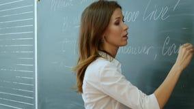 Lehrerschreiben auf der Tafel Stockfotografie