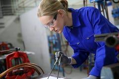 Lehrling der jungen Frau im Plumbery stockfotografie