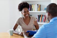Lehrling und Afroamerikaner buisnessman unterzeichnender Vertrag lizenzfreies stockfoto