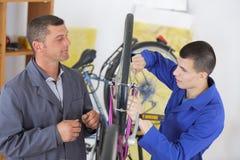 Lehrling von Fahrradreparaturen lizenzfreies stockbild