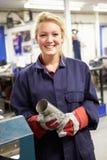 Lehrlings-Ingenieur-Working On Factory-Boden Stockfotos