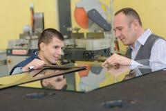Lehrlingsglaser in der Fabrik mit Trainingsaufsichtskraft Lizenzfreie Stockbilder