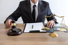 Lei, conceito do conselho e da justiça, advogado do conselheiro ou notário legal trabalhando no documentos e relatório do caso im imagens de stock