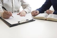 Lei, conselho e conceito dos serviços jurídicos Advogado e advogado que têm a reunião da equipe na empresa de advocacia fotografia de stock