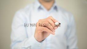 Lei dos direitos humanos, escrita do homem na tela transparente imagens de stock