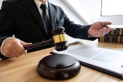 Lei legal, conceito do conselho e da justiça, advogado de assistência masculino ou notário trabalhando no documentos e papéis do  foto de stock royalty free