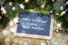 Lei schrijvende raad met sparrentakken, Kerstmisballen en Royalty-vrije Stock Afbeeldingen