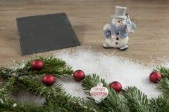 Lei, sneeuwman met rode ballen en groene spar Stock Foto