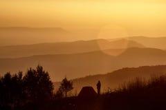 Lei un'alba in montagne Fotografia Stock
