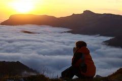 Lei un'alba in montagne Immagini Stock