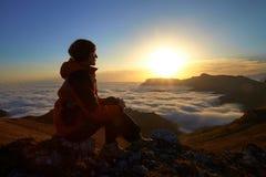 Lei un'alba in montagne Fotografie Stock Libere da Diritti
