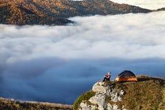 Lei un'alba in montagne Fotografie Stock