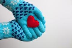 Leia o coração nas mãos em luvas mornas para o dia de Valentim Fotos de Stock Royalty Free