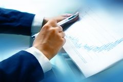 Leia o relatório financeiro Fotografia de Stock Royalty Free