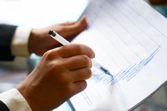 Leia o relatório financeiro fotos de stock