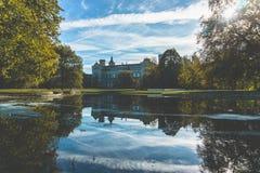Leibniz universitair kasteel in Hanover Duitsland achter meer in de herfstdag stock fotografie
