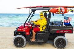 Leibwächter, die eine Buggy im Miami Beach fahren Lizenzfreies Stockfoto