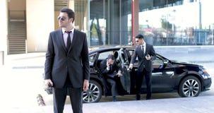 Leibwächter, die einen Geschäftsmann eskortieren stock video