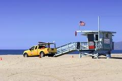 Leibwächter-Fahrzeug und Kontrollturm Stockbilder