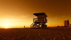 Leibwächter Hut im Südstrand während des Sonnenaufgangs, Miami stock footage