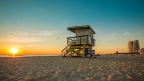 Leibwächter Hut im Südstrand während des Sonnenaufgangs, Miami stock video footage