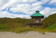 Leibwächter-Kontrollturm auf Strand Stockfoto