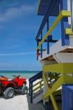 Leibwächter-Kontrollturm und ATV auf Südstrand stockbilder