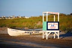 Leibwächter-Standplatz und Boot auf dem Strand Stockfoto