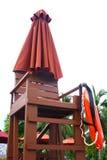 Leibwächter-Stuhl am Poolside Lizenzfreies Stockfoto