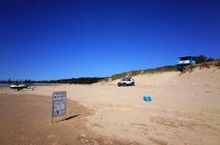 Leibwächterhütte und -buggy auf australischem Strand stockfotografie