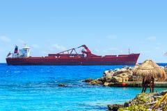 Leibwächterhütte und enormes Containerschiff auf mexikanischer Küste Lizenzfreies Stockfoto