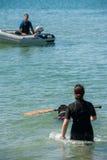 Leibwächterhunde und -lehrer am Strand Stockfoto