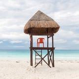 Leibwächterkontrollturm auf Strand lizenzfreie stockfotografie