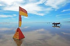 Leibwächtermarkierungsfahne am Murawhai Strand Lizenzfreies Stockbild