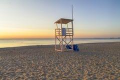 Leibwächterturm auf dem Strand bei Sonnenaufgang Stockfoto