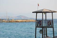 Leibwächterturm im Holz mit blauem Ägäischem Meer auf schönem Sommer Lizenzfreie Stockfotos
