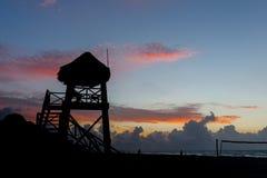 Leibwächterturm am Strand während des runrise stockfotografie