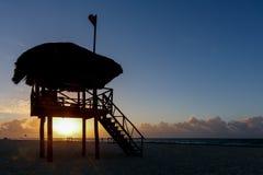 Leibwächterturm am Strand während des runrise stockfotos