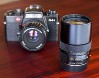 Leica R4S med deras lins i naturligt ljus Arkivfoton