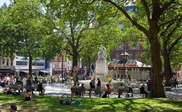 Leicester kvadrerar, det populära stället med bior, kaféer och restauranger, London Arkivfoto