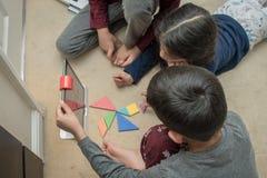 Leicester, Leicestershire, Royaume-Uni 22 février 2019 Enfants d'âge scolaire apprenant et appréciant sur Osmo, une plate-forme u photos libres de droits