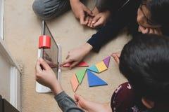 Leicester, Leicestershire, Royaume-Uni 22 février 2019 Enfants d'âge scolaire apprenant et appréciant sur Osmo, une plate-forme u image libre de droits