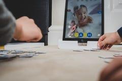 Leicester, Leicestershire, Royaume-Uni 22 février 2019 Enfants d'âge scolaire apprenant et appréciant sur Osmo, une plate-forme u images stock