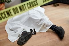 Leiche nach Mord an der Szene lizenzfreie stockfotografie