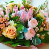 Leicht Blumenstrauß mit den exotischen riechenden Blumen lizenzfreie stockfotos