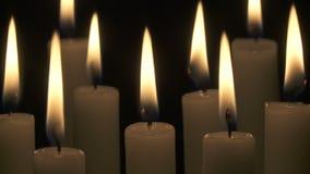 Leicht brennende Kerzen stock video