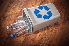 Leicht geschlagener Papierkorb voll Plastikflaschen Stockfotografie