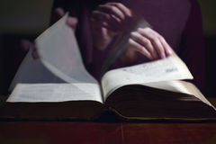 Leicht schlagen durch ein altes Buch Stockfotografie