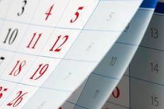 Leicht schlagen von drei Kalenderblättern Stockfotos