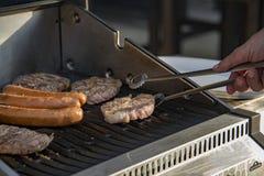Leicht schlagende oder brennende gebrannte saftige Steaks zischen auf loderndem und rauchendem Grill stockbilder